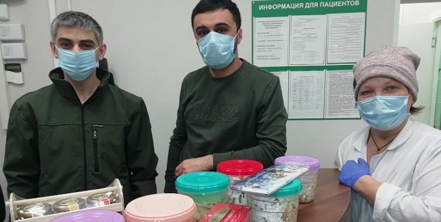 Врачам мурманской поликлиники волонтеры напекли блинов