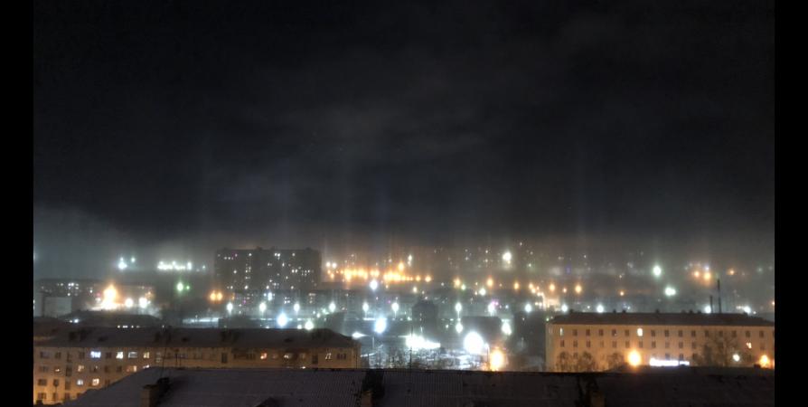 В Мурманске наблюдали световые столбы