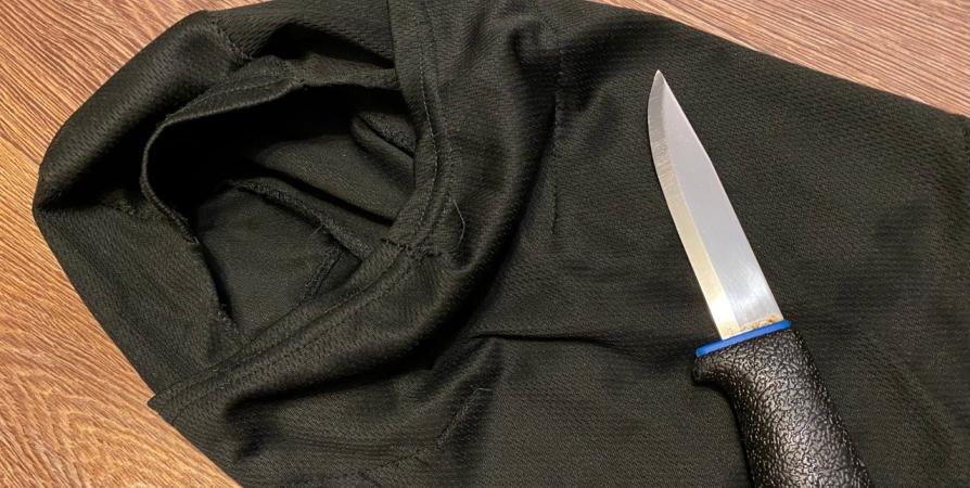 Мурманчанин в балаклаве и с ножом похитил из кассы магазина 12,5 тысячи