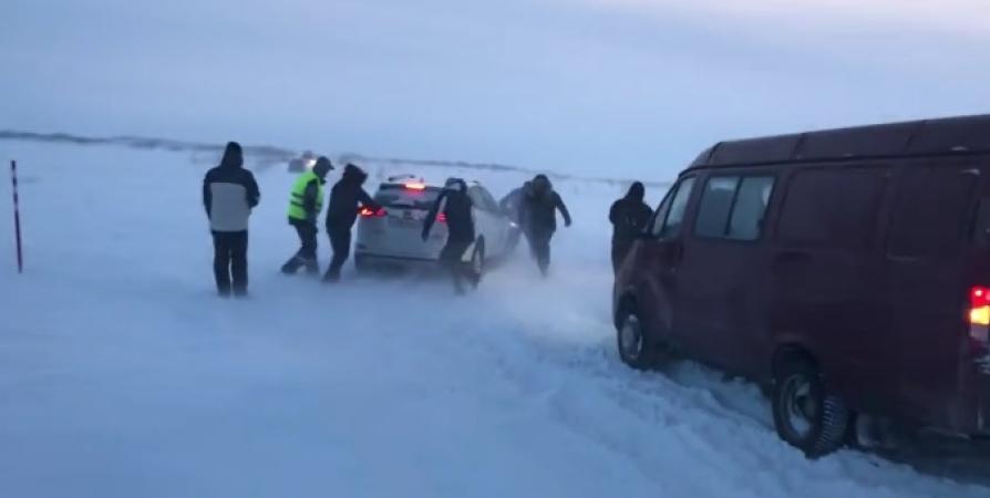 Десятки машин застряли в снегу в Териберке на несколько часов [видео]