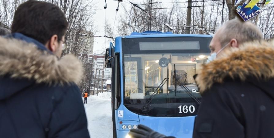 По Мурманску курсируют два новых троллейбуса с камерами и USB-портами