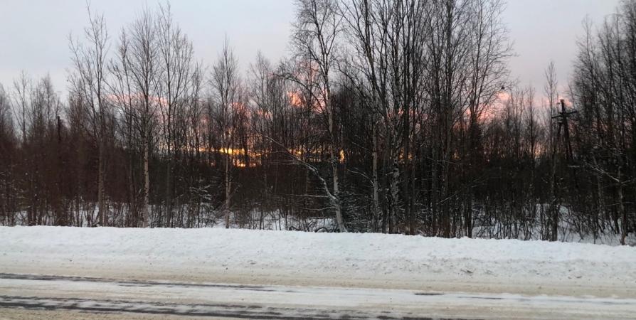После уборки в Росляково на дорогах оставались сугробы и лед