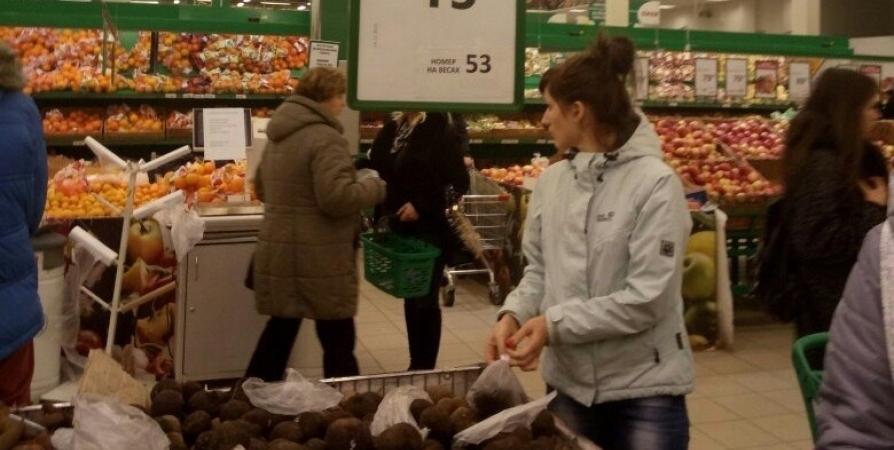 Юноша полез в драку с покупателем мурманского магазина