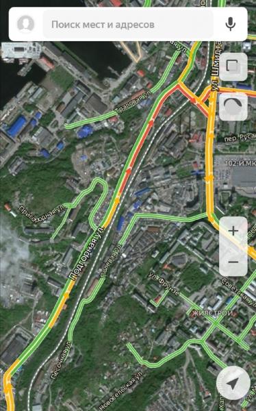 В Мурманске на «Прибрежке» водители с утра стоят в пробке из-за фуры [видео]