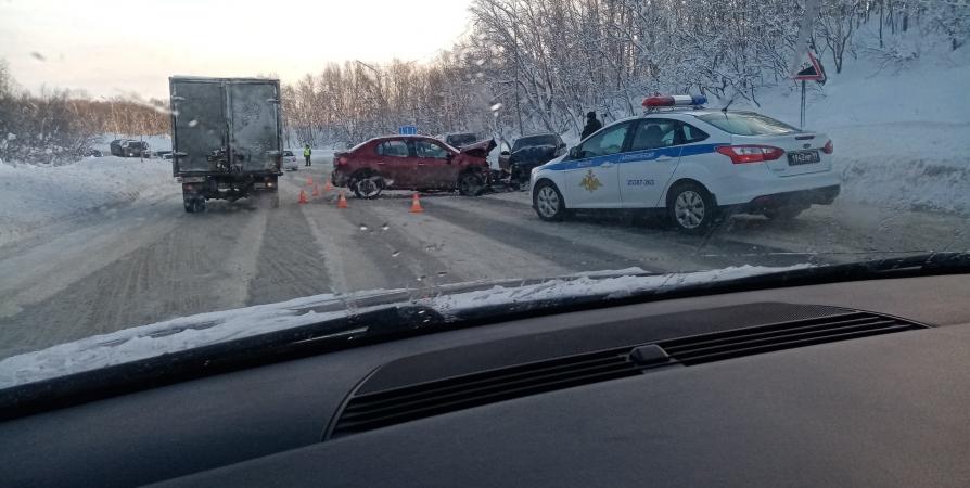 Возле КПП у Североморска лоб в лоб столкнулись два авто