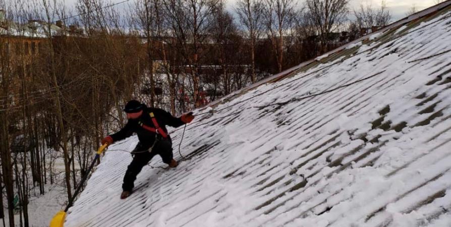 В Мончегорске спасатели помогают «управляшкам» сбивать сосульки с крыш