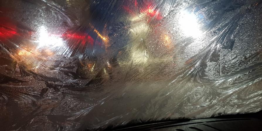 Водитель в Апатитах не увидел из-за льда на стеклах пешехода и задавил его