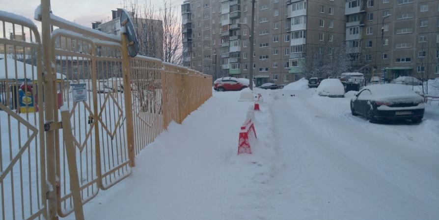 В Мурманске решили вопрос с парковкой авто у детсада на Орликовой