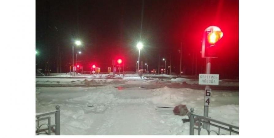Непрерывно горящий светофор на ж/д путях проверят в Апатитах