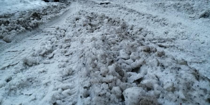 Четыре мурманские «управляшки» не справляются с уборкой от снежной каши во дворах