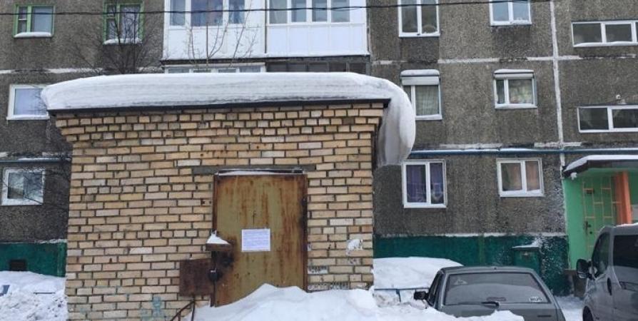 В Мурманске ищут владельцев двух кирпичных строений на Александрова