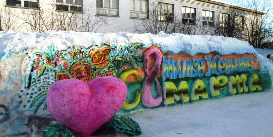 В колонии Мурмашей сделали огромную снежную фигуру к 8 Марта