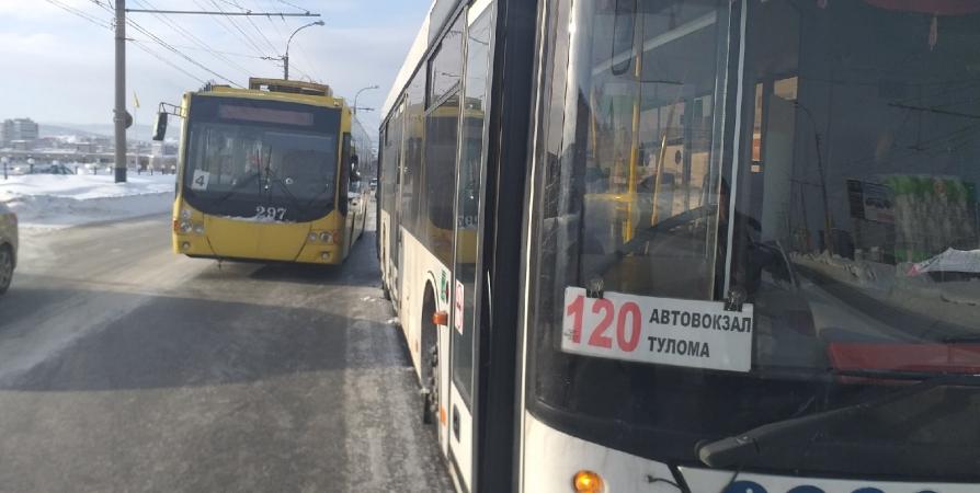 В Мурманске троллейбус и междугородний автобус не поделили дорогу