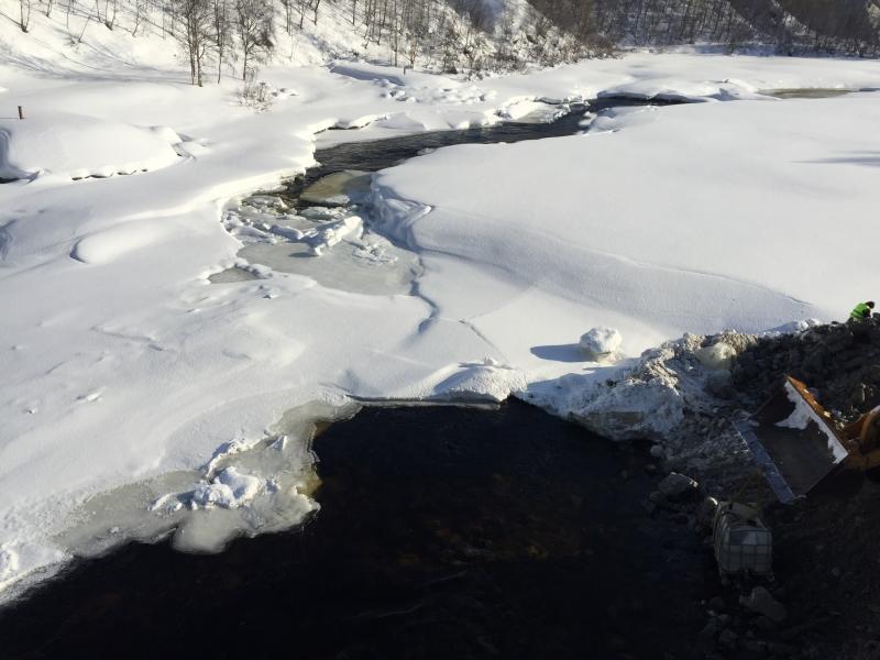 Расчистка русла реки Кола под ж/д мостом под контролем МЧС