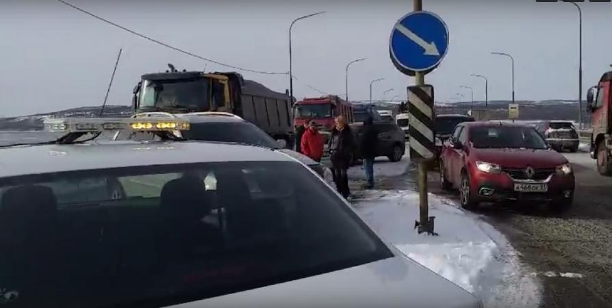 На Кольском мосту Honda столкнулась с двумя Volvo [видео]
