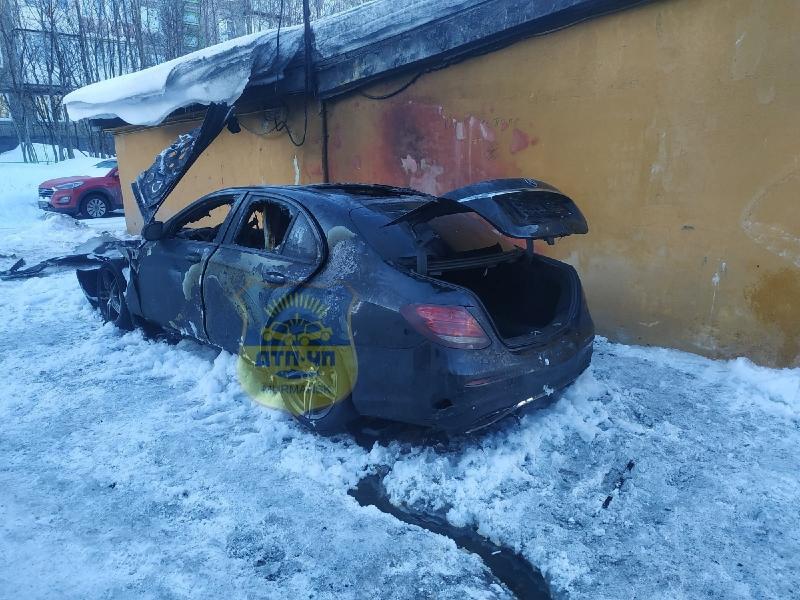Ночью 7 пожарных тушили автомобиль на Самойловой в Мурманске