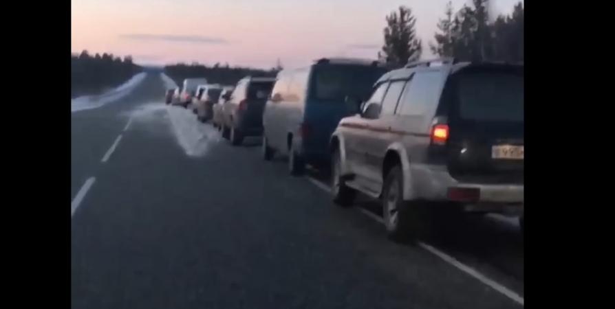 До 70 авто выстраиваются в очередь за родниковой водой в Никеле