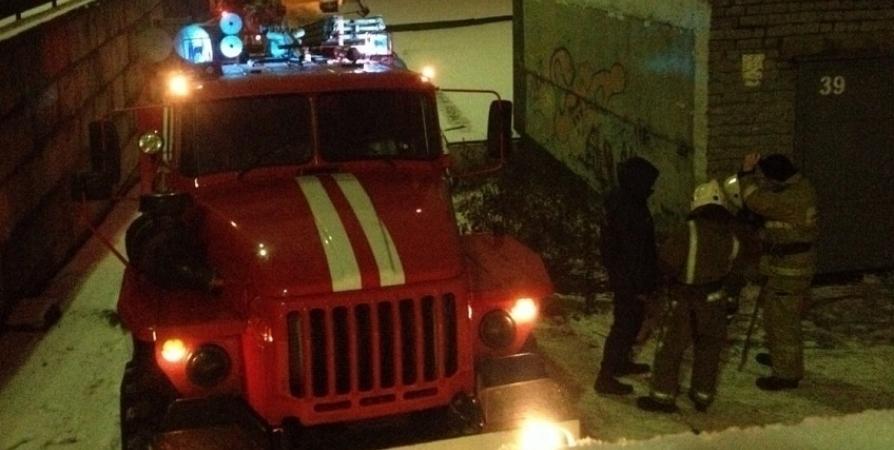 Канистры с 300 литров топлива эвакуировали из горящего гаража в Мурманске