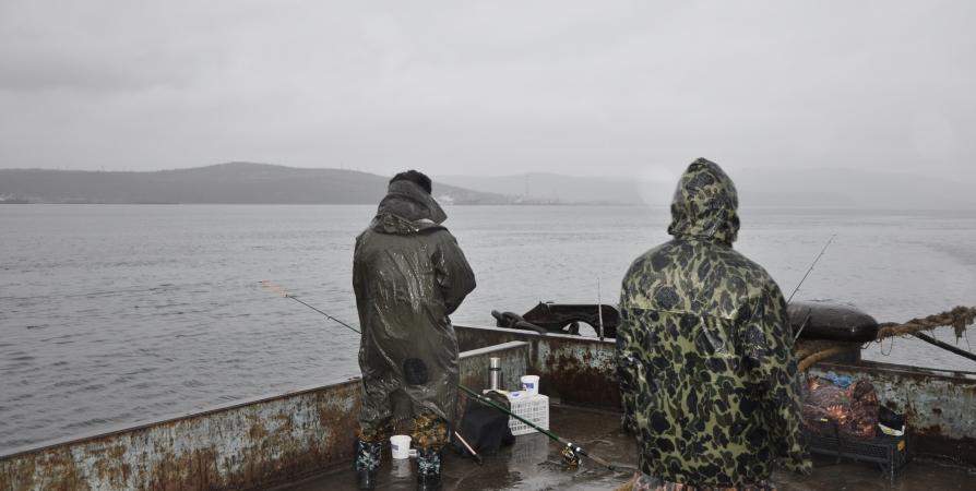 В море у Западного Кильдина спасают трех рыбаков