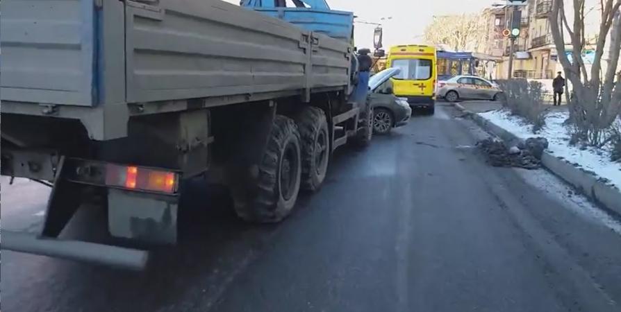 Массовое ДТП в Мурманске спровоцировало пробку на Челюскинцев [видео]