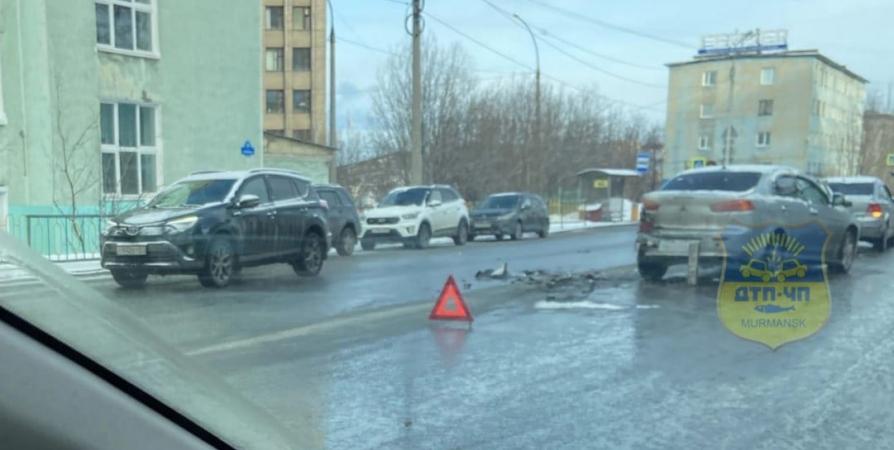 Водитель BMW влетел в Mitsubishi и скрылся с места ДТП в Мурманске [видео]