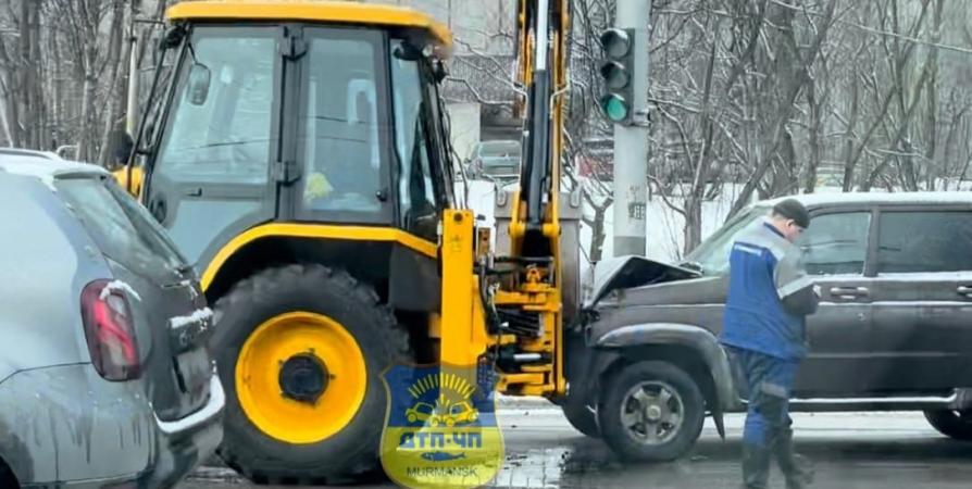 У мурманской «Молодежки» УАЗ въехал в трактор