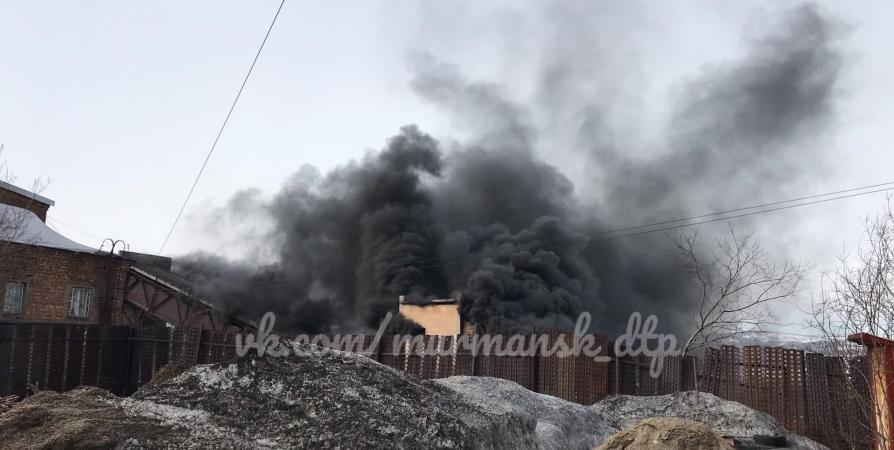 На Невского в Мурманске пожарные тушат здание