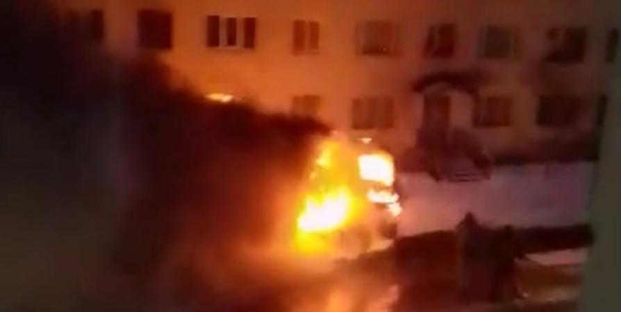 Самосвал сгорел ночью в Мурманске на Подстаницкого