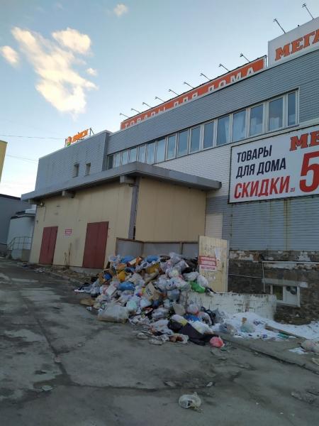 Жители Полярного пожаловались на свалку мусора возле ТЦ