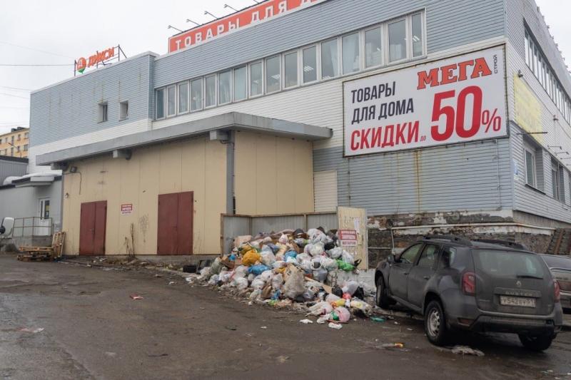 Несанкционированную свалку возле ТЦ в Полярном убрали