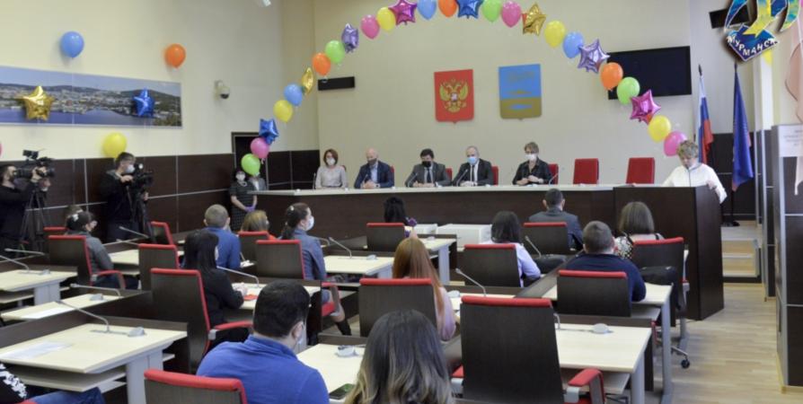 Молодых семьям в Мурманске вручили жилищные сертификаты