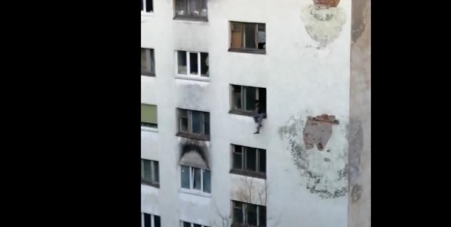 Спасатели не дали мужчине выпасть из окна общежития в Мурманске [видео]