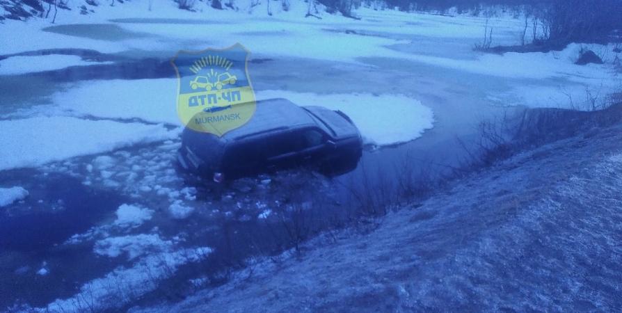 По дороге в Видяево машина улетела в водоем