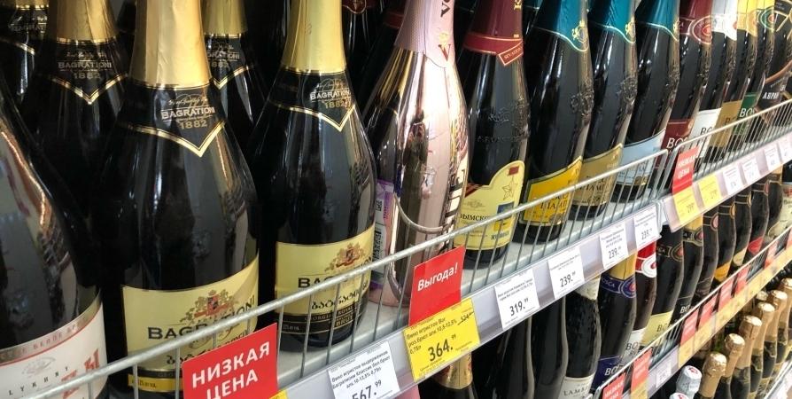В гипермаркете мурманчанин с бутылкой спиртного под одеждой побежал мимо кассы