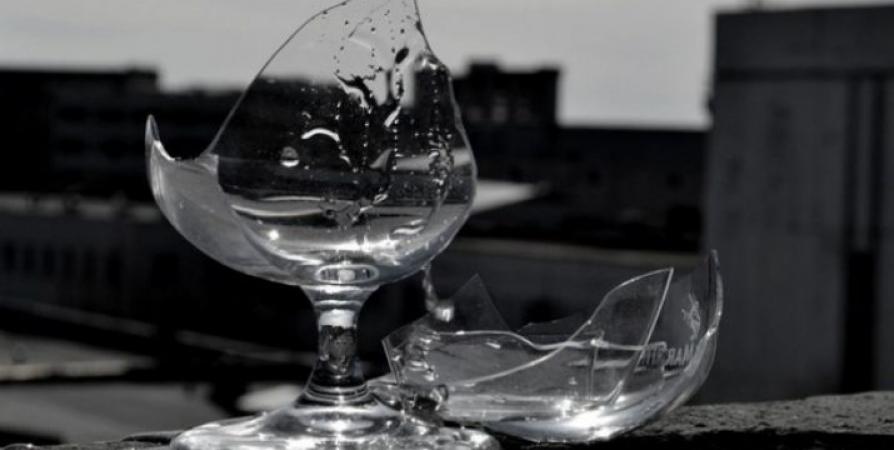 Жительница Заозерска избила мужа бокалом и попала под статью