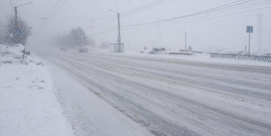 Воздержаться от поездок призывают водителей Заполярья из-за сильного снега