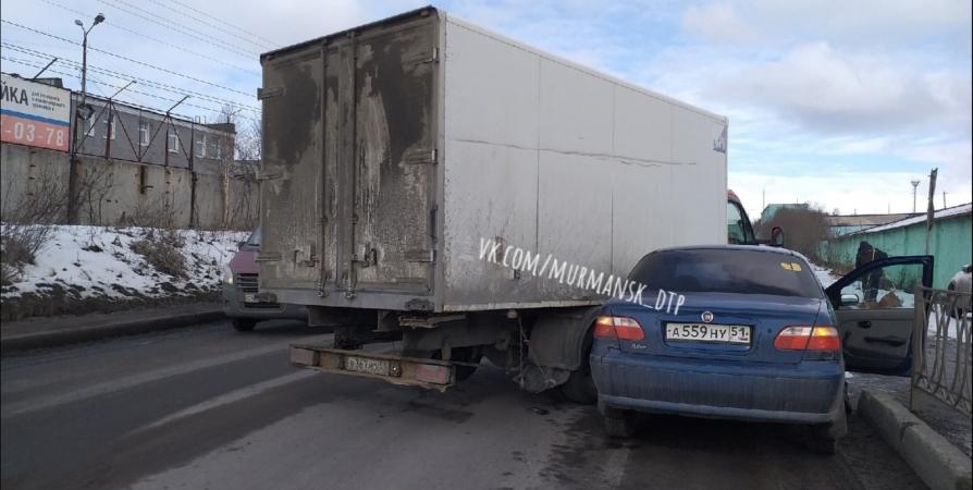 На Домостроительной в Мурманске не поделили дорогу фургон и Fiat