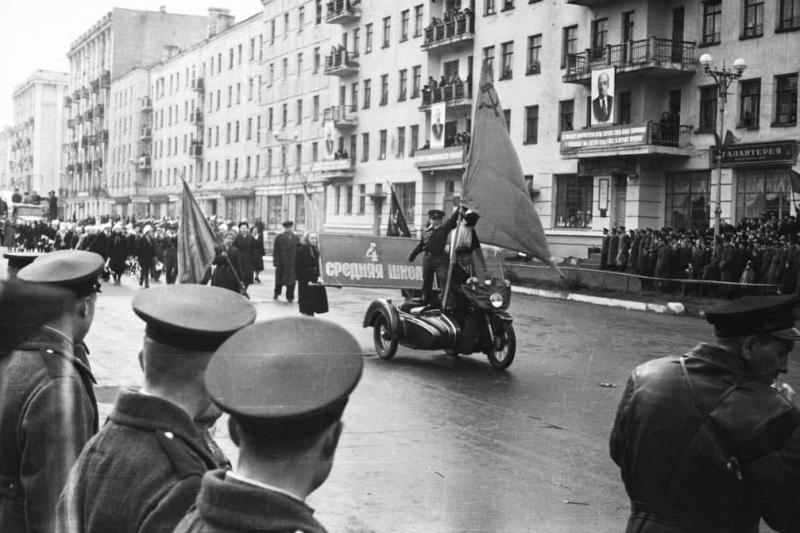 Губернатор выложил снимки 50-х годов Мурманска на Первомай