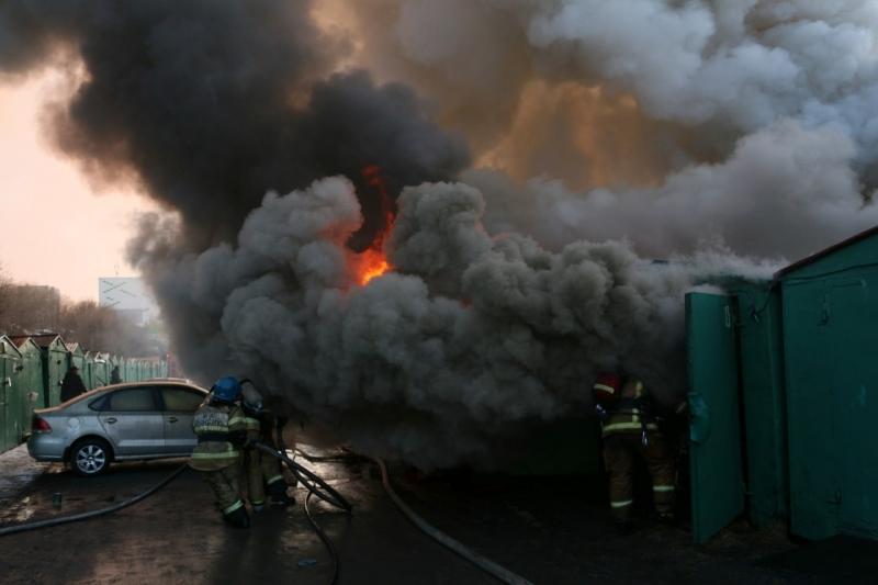 30 пожарных тушили гаражи на Гвардейской в Мурманске
