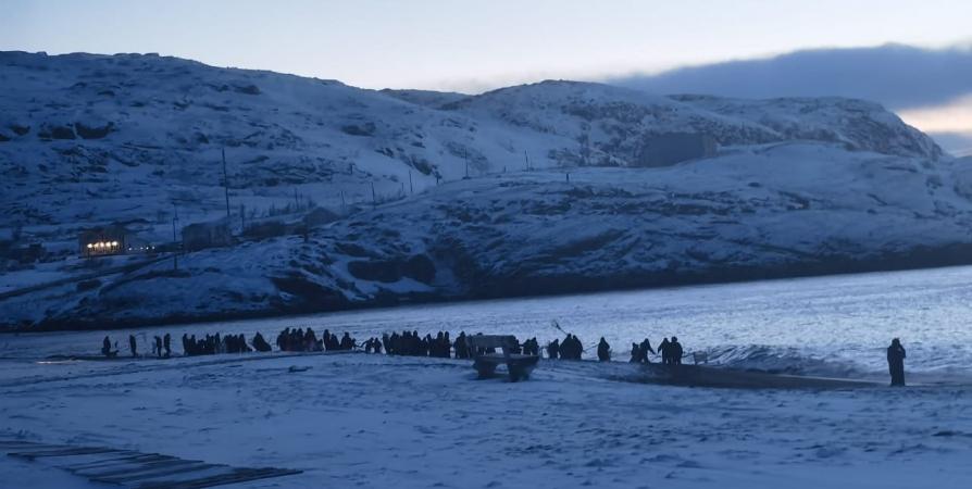 В Териберке десятки северян сачками ловят мойву [видео]
