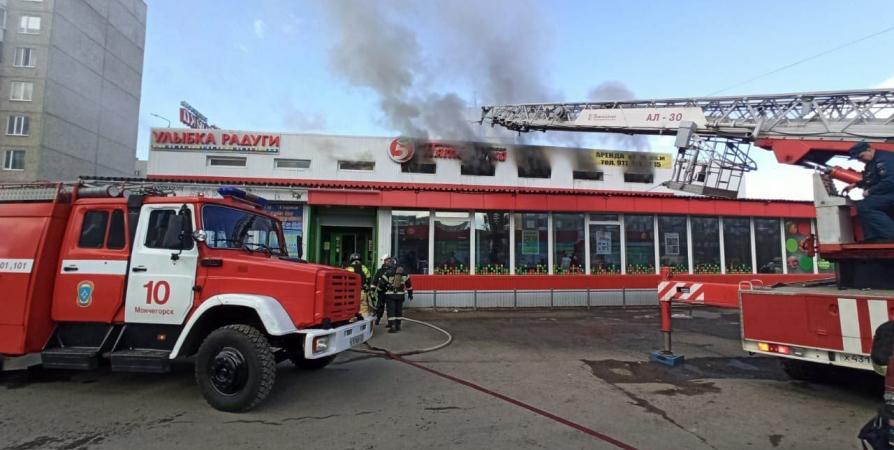 20 человек эвакуировали из-за пожара в ТЦ Мончегорска