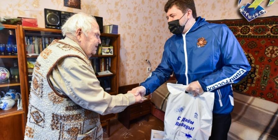 В Мурманске поздравили с Днем Победы призванного на фронт в 1943 году ветерана