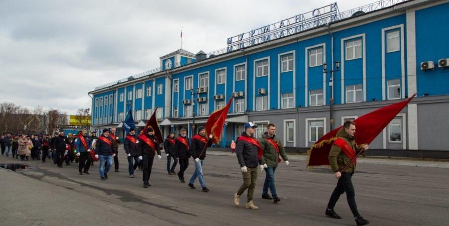В Мурманске возложили цветы к памятнику погибшим в годы войны портовикам