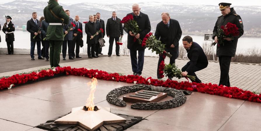 Участники заседания Совбеза РФ почтили память защитников Заполярья