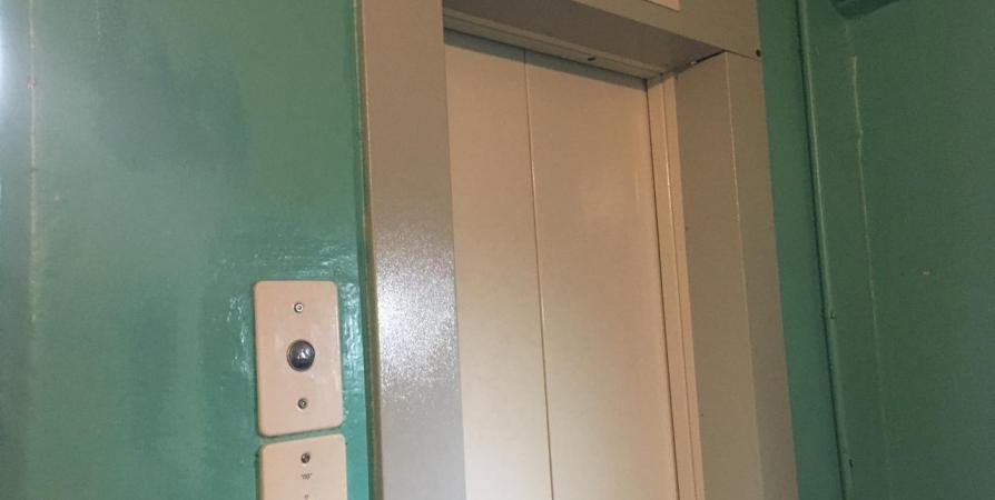 В 13 домах Мурманска досрочно заменили лифты