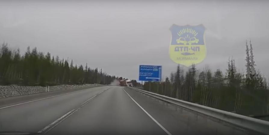 Падение фуры из-за лопнувшего колеса под Магнетитами попало на видео
