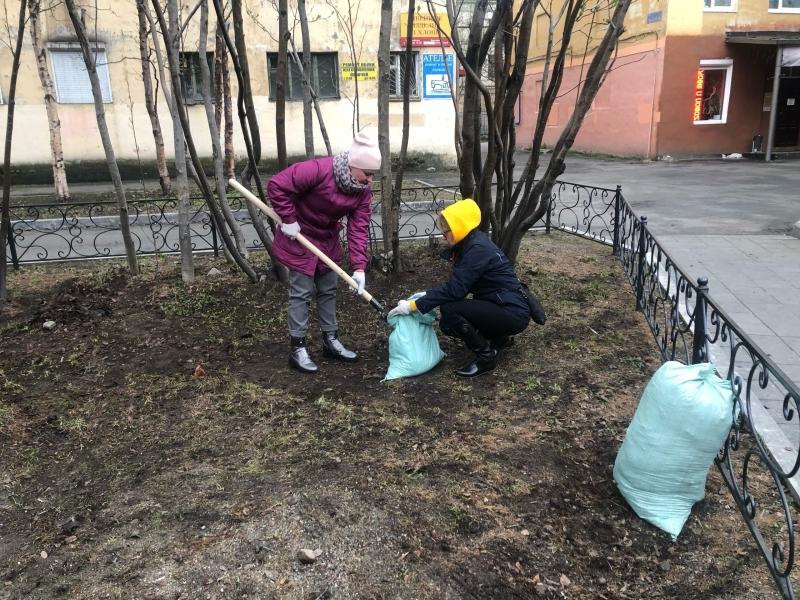 Субботник на Театральном бульваре в Мурманске завершил рабочую неделю