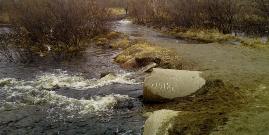 Причиной подтопления дороги на Североморск-3 стали покрышки в трубах