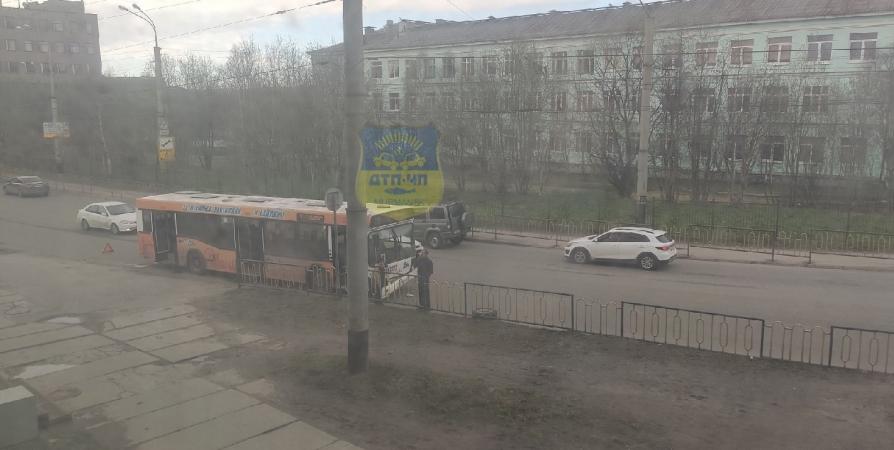 Колесо отлетело от машины и попало в автобус в Мурманске