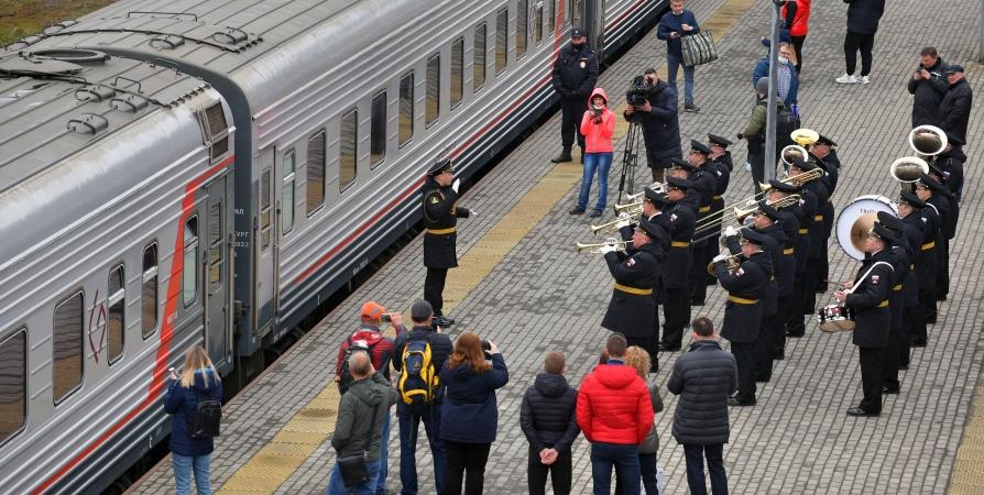Первых пассажиров поезда «Таврия» в Мурманске провожали с оркестром